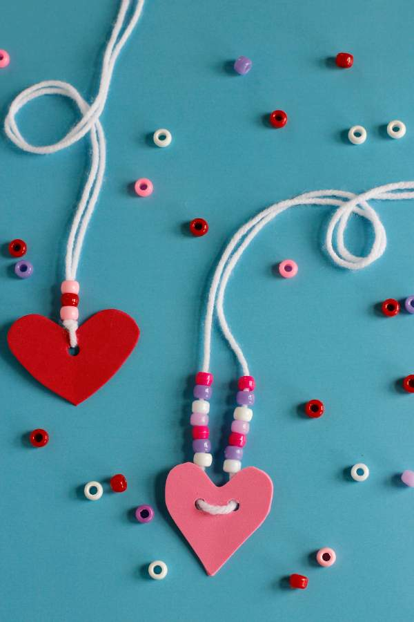 "DIY-projecten voor Valentijnsdag ""srcset ="" https://www.hikendip.com/wp-content/uploads/2018/12/valentines-day-friendship-necklace-craft.jpg 600w, https: //www.hikendip. com / wp-content / uploads / 2018/12 / valentines-day-vriendschap-ketting-craft-200x300.jpg 200w ""sizes ="" (max-breedte: 600px) 100vw, 600px"